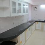 ห้องครัว พร้อมเตาฝัง และซิ้งค์ล้างจาน 2 หลุม รวมถึงพัดลมดูดอากาศ